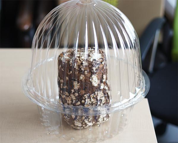 栽培用の容器に椎茸の菌床を入れます
